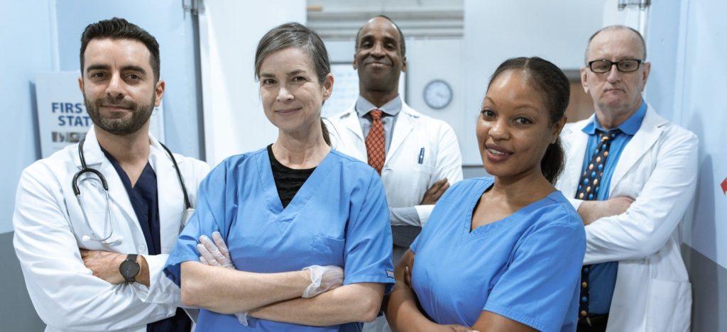 Médecins et infirmières bras croisés