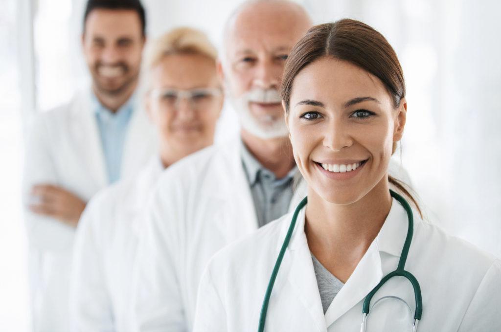 Un groupe de docteurs qui redardent l'objectif en souriant